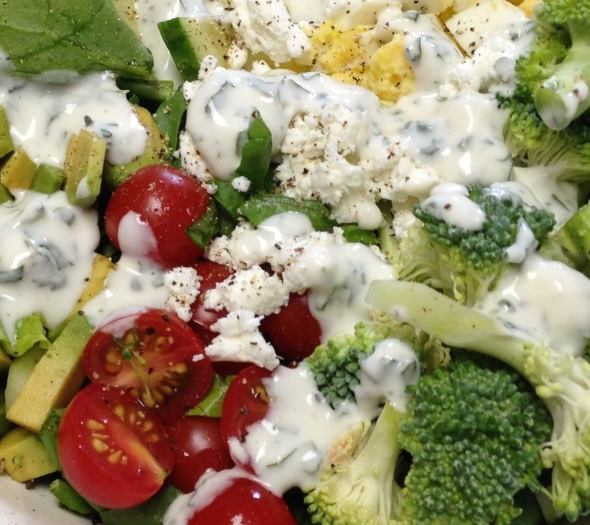 Salata de broccoli cu gressing de branza feta